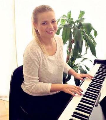 Zenélő WC-n ülős zongora